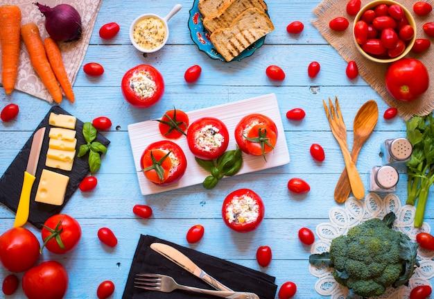 Pomodori ripieni con formaggio e verdure diverse