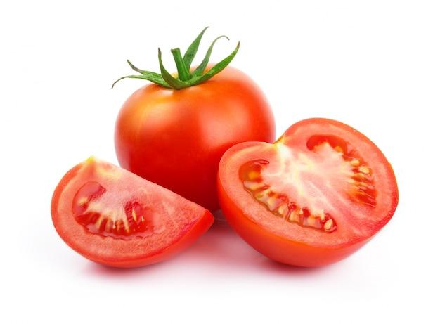 Pomodori rossi con taglio isolato su bianco