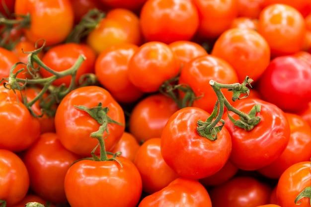 Pomodori rossi nel negozio. consistenza dei pomodori