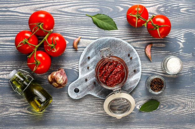 Pomodori secchi con olio d'oliva.