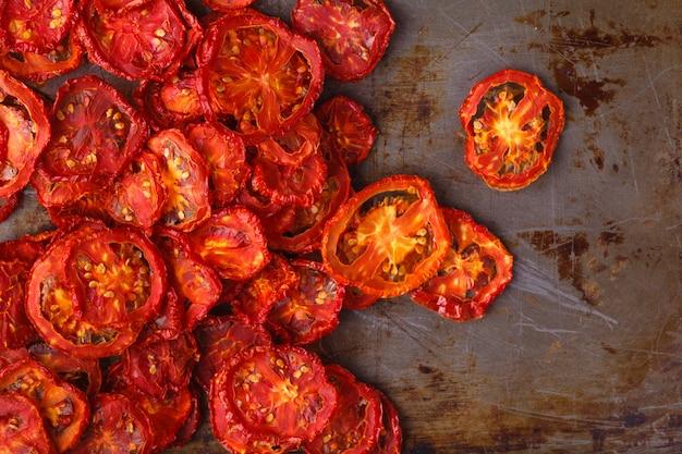 Pomodori secchi su superficie rustica