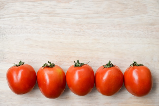Pomodori sul tavolo di legno