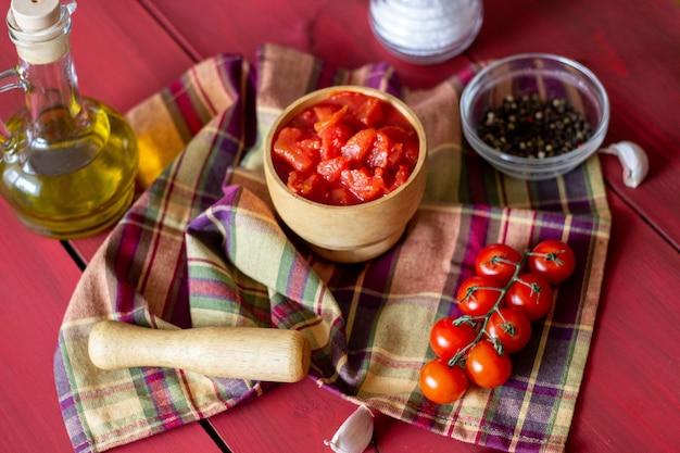 Pomodori tritati su uno sfondo rosso. cibo vegetariano. vista dall'alto.