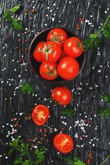 Pomodorini freschi affettati con spezie sale grosso ed erbe