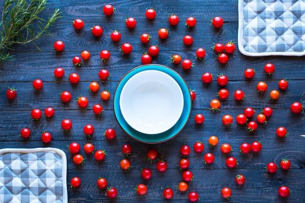 Pomodorini, prodotti freschi di fattoria, alimenti biologici, spazio libero per il testo.