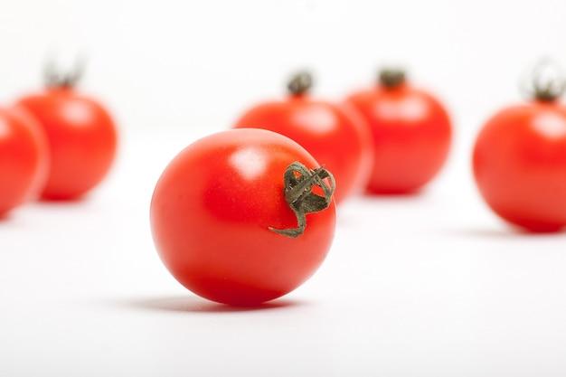 Pomodorini rossi su sfondo bianco