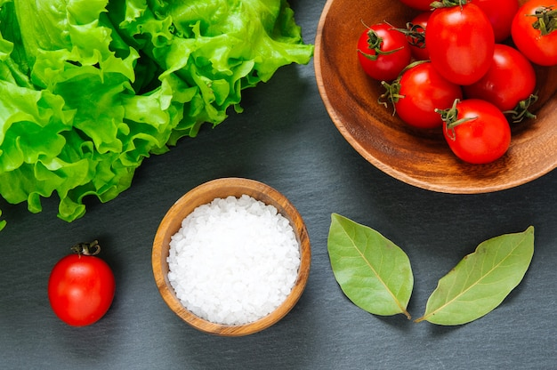 Pomodorini, sale e foglie di alloro