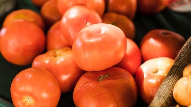 Pomodoro fresco rosso del primo piano al mercato dell'alimento