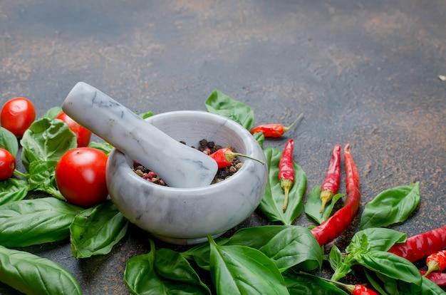 Pomodoro, peperoncino, basilico e peper spezie