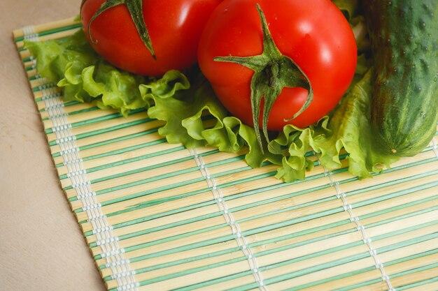 Pomodoro, verdura cetriolo e insalata. cibo sanitario