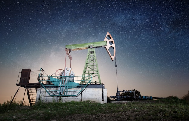 Pompa di olio sul campo petrolifero nella notte