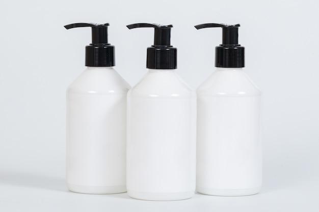 Pompa di plastica bottiglia con etichetta bianca isolato su sfondo bianco