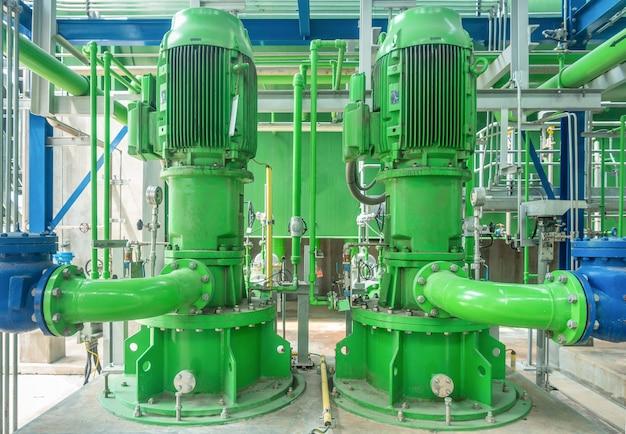 Pompa e condutture d'acciaio della torre di raffreddamento nella centrale elettrica