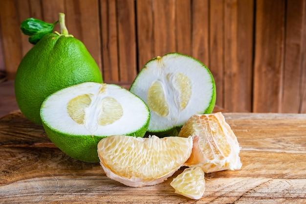 Pompelmo e pomelo frutta sul tavolo