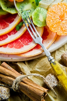 Pompelmo, mandarino, kiwi, arancia, banana, mela.