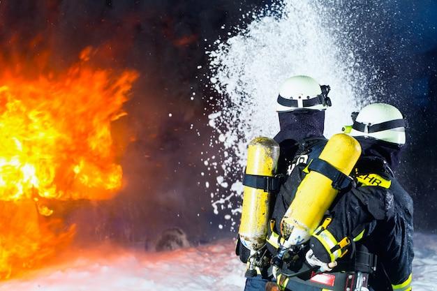 Pompiere, pompieri che estinguono un grande incendio