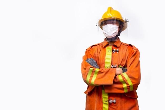 Pompiere salvataggio, vigile del fuoco in piedi ritratto indossare maschera protettiva per prevenire la pandemia di coronavirus (covid-19) isolato su sfondo bianco.