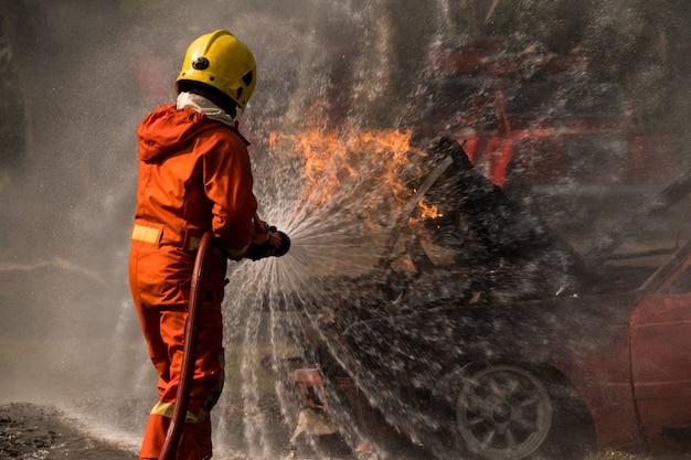 Pompiere spruzzi d'acqua a fuoco idrante