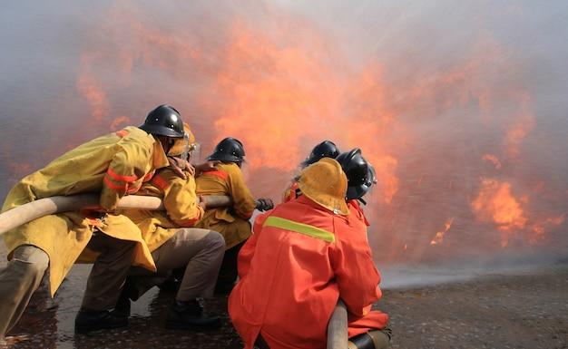 Pompieri che combattono il fuoco