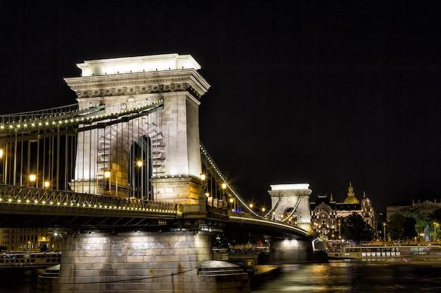 Ponte a catena di szechenyi alla notte nella città di budapest, ungheria