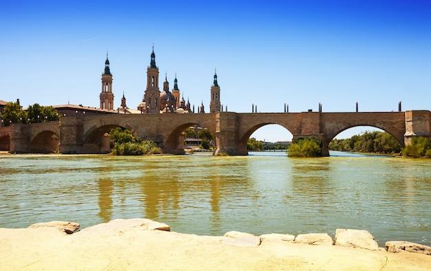 Ponte antico sul fiume ebro a saragozza
