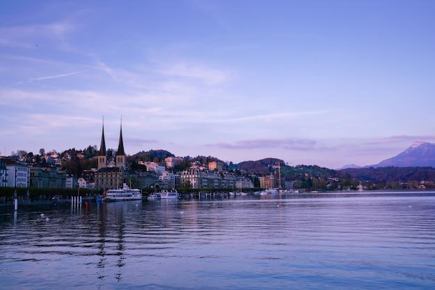 Ponte della cappella e città di lucerna, svizzera