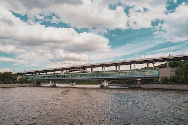 Ponte della metropolitana luzhnetsky, ponte ad arco sul fiume di mosca. russia.