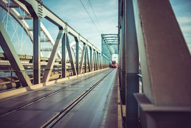 Ponte di attraversamento del treno passeggeri sul fiume danubio