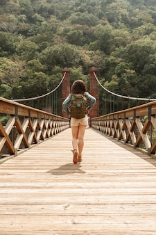 Ponte di attraversamento donna vista frontale