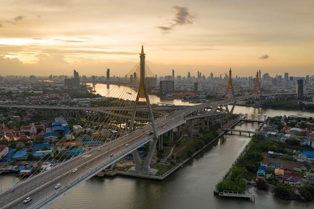 Ponte di bhumibol a bangkok nell'orizzonte della città di tramonto