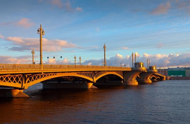 Ponte di blagoveshchensky a san pietroburgo di mattina