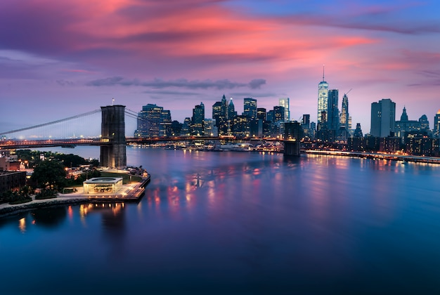 Ponte di brooklyn al crepuscolo, new york city