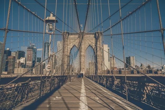 Ponte di brooklyn al mattino, orizzonte del centro di usa