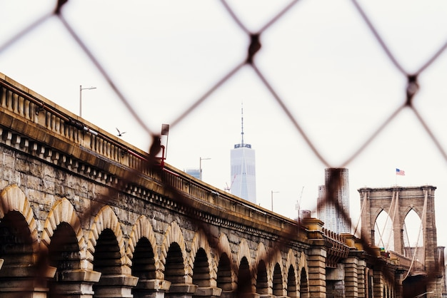 Ponte di brooklyn e grattacieli sullo skyline