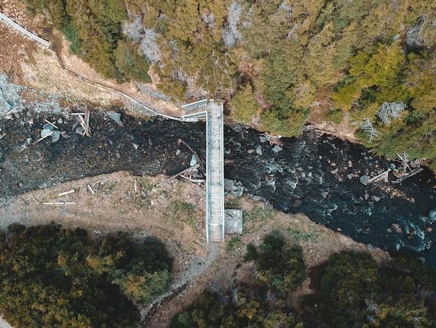 Ponte di legno bianco sul fiume