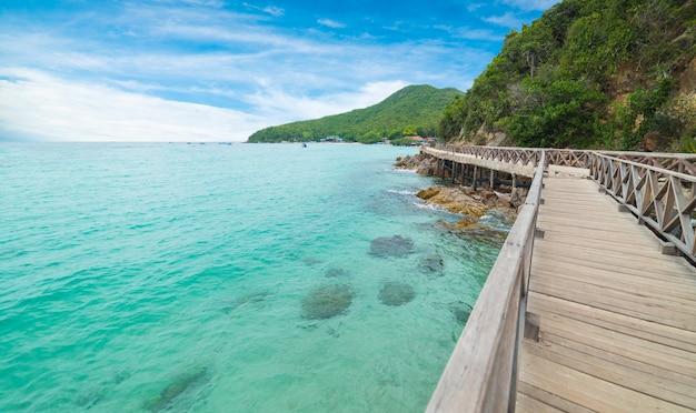 Ponte di legno con bella vista sul mare in koh lan, thailandia