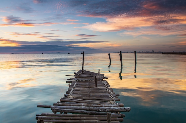 Ponte di legno sul mare