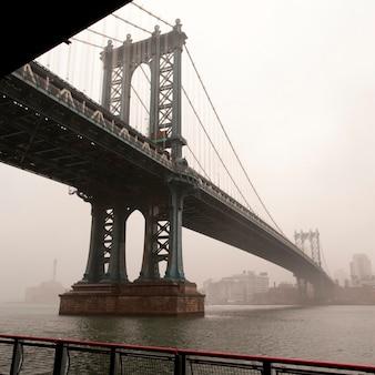 Ponte di manhattan sopra l'east river a manhattan, new york city, usa