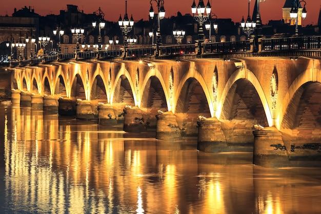 Ponte di pietra di pont de pierre sul fiume garonne in bordeaux