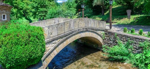 Ponte di pietra nel villaggio di etar, bulgaria