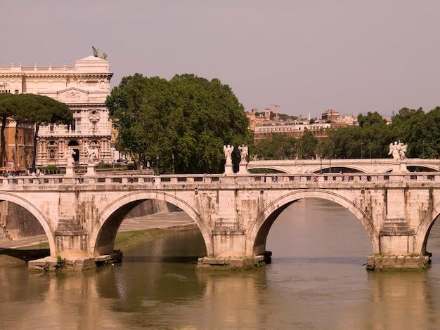 Ponte di sant'angelo che conduce a castel sant'angelo a roma