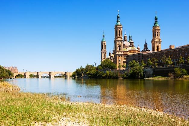 Ponte e cattedrale dal fiume ebro. saragozza