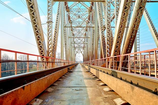 Ponte ferroviario affidabile. guardando attraverso il ponte.