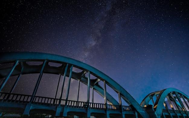 Ponte in acciaio con sfondo universo