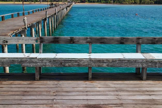 Ponte in legno passerella con sedili che conducono al mare in estate in koh mak island a trat, thailandia.