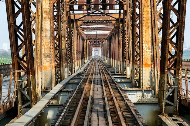 Ponte lungo antico di bien a hanoi, vietnam.