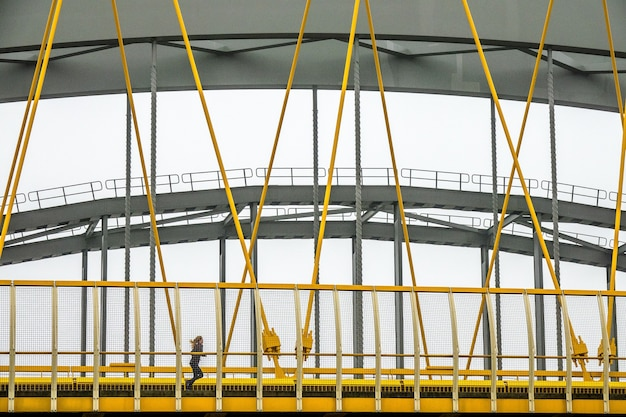 Ponte moderno con frammenti di metallo giallo e grigio