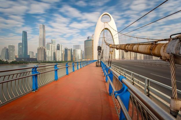 Ponte moderno nel fiume zhujiang e costruzione moderna del distretto finanziario nella porcellana di guangzhou.