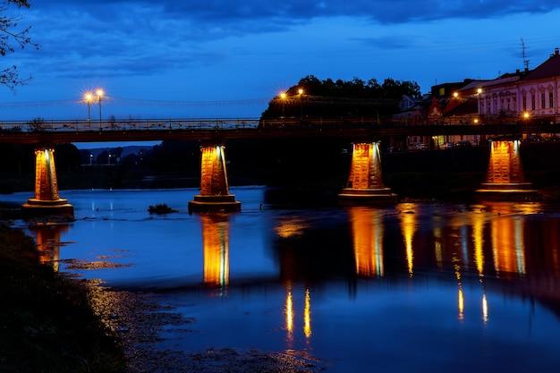 Ponte pedonale illuminato nel centro di uzhgorod la sera,
