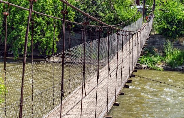 Ponte sospeso su un fiume di montagna nei carpazi